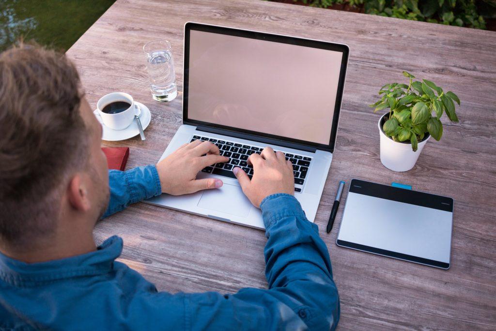 Salarié tapant sur son clavier de micro portable